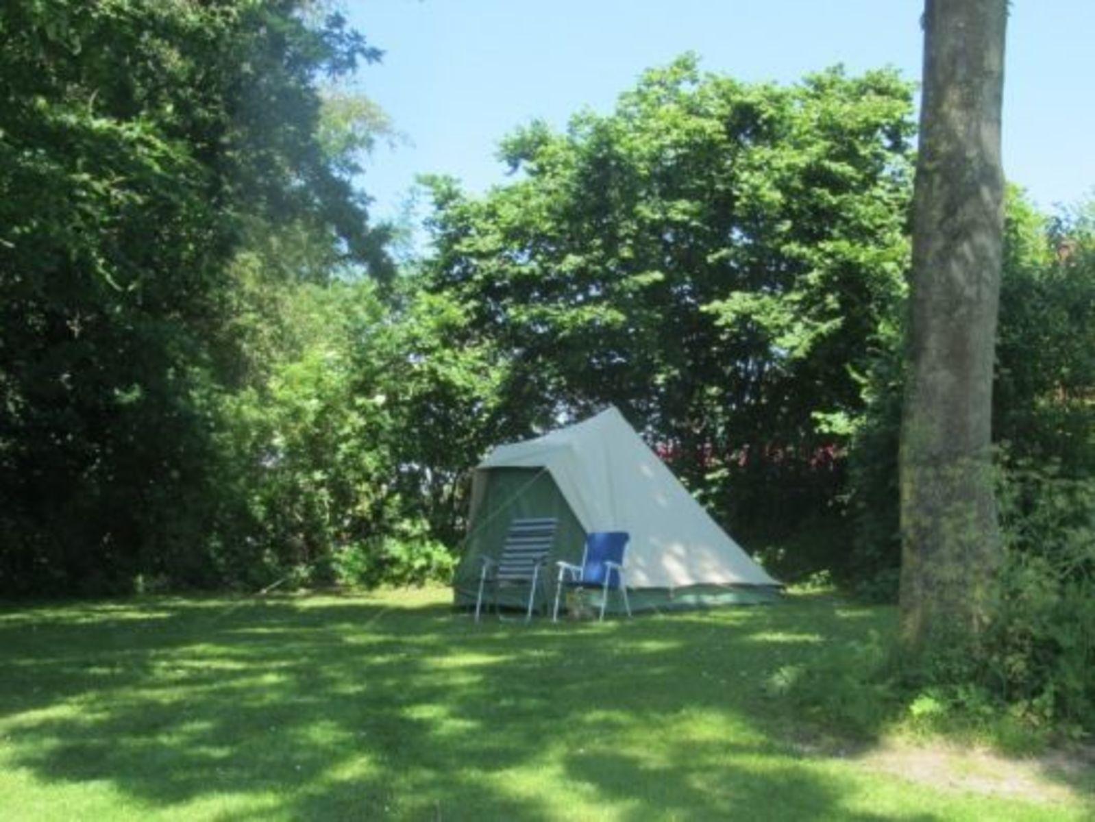 Toeristische kampeerplaats gezinsveld